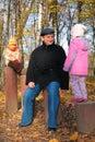 Grand-dad avec des fils dans la forêt en automne Image libre de droits