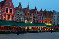 Grand dos du marché de nuit à Bruges Photo stock