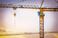 Grandes grues avec le chantier de construction Image stock