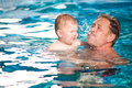 Dědeček a vnuk plavat