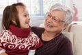 Babička a vnučka usměvavý