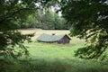 Grange abandonnée de foin encadrée par Trees Images libres de droits