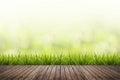 Hierba verde borroso y madera piso