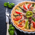 Green asparagi tart with eggs and tomato a Stock Photography
