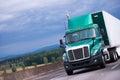Zelený polotovarov nákladné auto kontajner príves na diaľnica