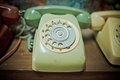 Greentelephone retro na tabela de madeira Foto de Stock Royalty Free