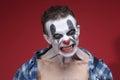 Griezelige clown portrait op rode achtergrond Stock Foto's