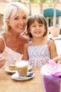Großmutter mit der Enkelin, die Kaffee genießt Lizenzfreies Stockfoto