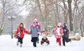 Di e madre giocare su neve