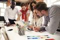 Skupina z pět tvůrčí pracovník společně v kancelář nový styl z pracovní plocha šťastný scéna z lidé v kancelář