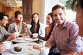 Skupina z priatelia v kaviareň reštaurácia