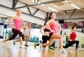 Skupina z cvičenie v telocvičňa