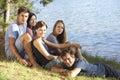 Skupina z mladý lidé relaxační na břeh z