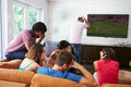 Groupe d amis s asseyant sur sofa watching soccer together Images libres de droits