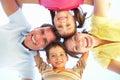Groupe de famille regardant vers le bas dans l'appareil-photo Photographie stock