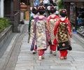 Grupo da gueixa em uma rua de Kyoto Imagens de Stock Royalty Free