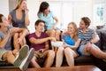 Gruppe freunde die auf sofa at home together sich entspannen Stockbild