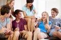Gruppe freunde die auf sofa at home together sich entspannen Stockbilder