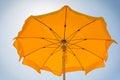 Guarda chuva de praia amarelo sob o sol perto do mar Imagens de Stock Royalty Free