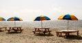 Guarda chuvas de praia coloridos no suporte de madeira na praia Fotografia de Stock