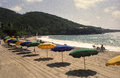 Guarda chuvas retros na praia tropical Imagens de Stock Royalty Free
