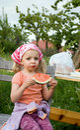 Gullig ätaflickavattenmelon Royaltyfri Foto