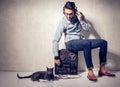 Gut aussehender mann und katze die musik auf einem magnetophone hören Stockbilder