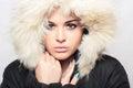 Härlig kvinna med päls vit huv vinter style make up Arkivfoto