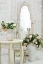 Härligt klassiskt rum med tappningtabellen vas och blommor hjärtagarneringar och bilder Royaltyfri Fotografi
