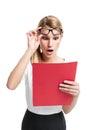 Hübschen Sekretär Surprised Looking zu einem roten Faltblatt Stockfoto