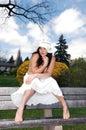 Hübsches Mädchen, das auf der Bank sitzt. Lizenzfreie Stockfotos