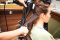 Hairstyling young woman at hairdresser do Royalty Free Stock Images