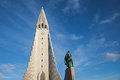 Hallgrímskirkja reykjavik the statue of leif eriksson in front of central iceland Stock Images