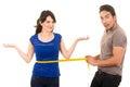 Pekný muž držanie meranie páska okolo tenký