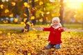 Felice ragazza e giocare foglie