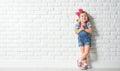 Feliz poco chica en vacío pared