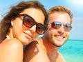 Šťastný v slnečné okuliare na pláž
