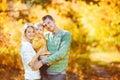 Feliz familia con en otoño en