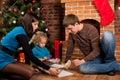 Šťastná rodina najbližšie vianočný stromček