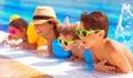Feliz familia en piscina