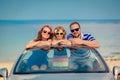 Feliz familia viajar por coche