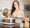 Šťastné dievča varenie