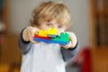 Feliz poco niño niño bloques crear