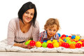 Šťastný maminka a syn barvitý koule