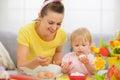 Šťastný matka a dieťa jesť veľká noc vajcia