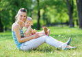Šťastný matka a dieťa na tráva