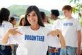 Šťastný dobrovolník žena a skupina