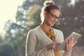 Šťastný žena v brýle osobní počítač