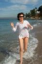 Feliz mujer en playa