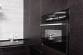 Hartholzküche mit aufbauen-in Mikrowellenherd Stockfotografie